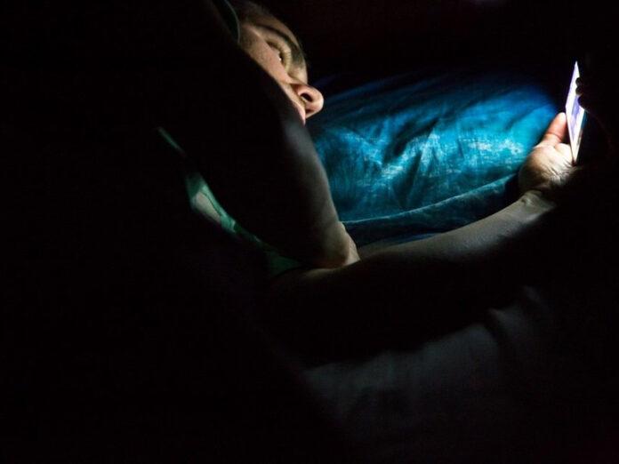 utiliser_Smartphone_la_nuit_danger_yeux